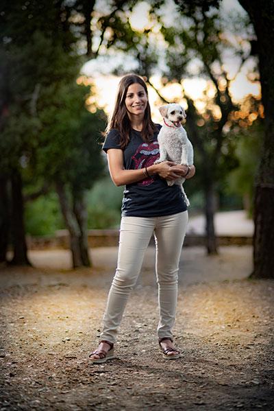 La fotografia professional a l'exterior amb una model i una gosseta blanca