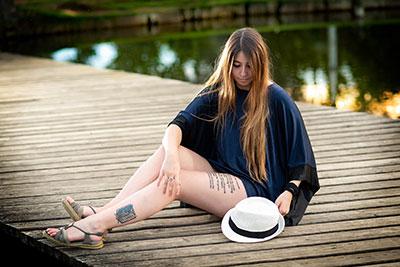 Fotografia a l'exterior amb la Cristina de model i combinat llum natural i artificial.