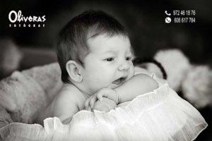 fotografia de un nado en un cistell treguen el cap