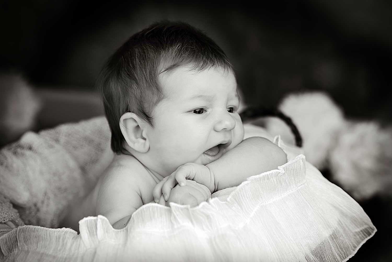 Fotografia d'una nena de 20 dies en blanc i negre