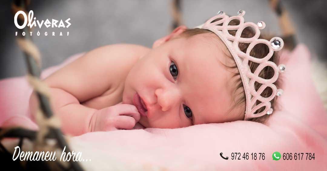 Foto d'una nena amb una diadema al cap com una princesa