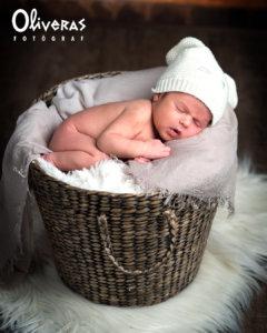 Newborn dormin al cistell esperant una foto