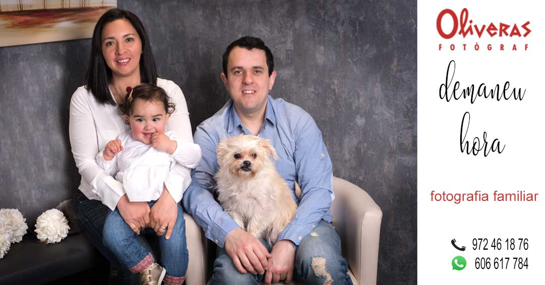 foto de la família amb la mascota