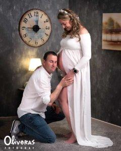 El Pare escoltant els moviments de la seva dona embarassada