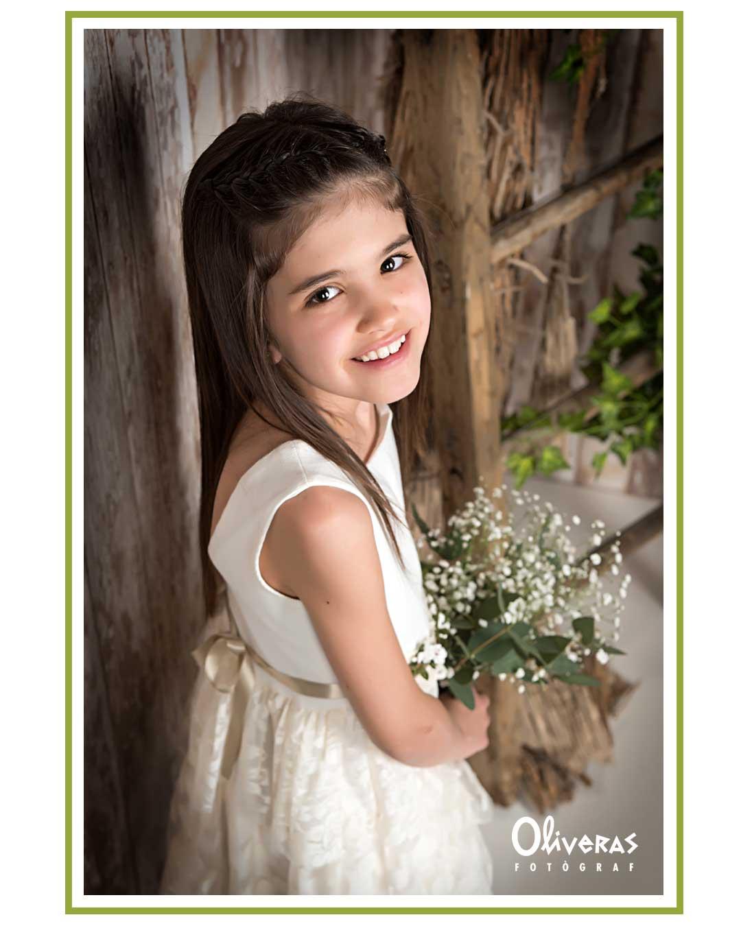 Nena de primera comunió amb cara de felicitat