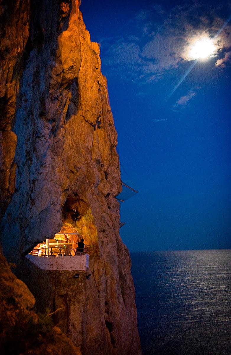 Vista de la Cova d'en Xoroi Menorca amb la Lluna de fons