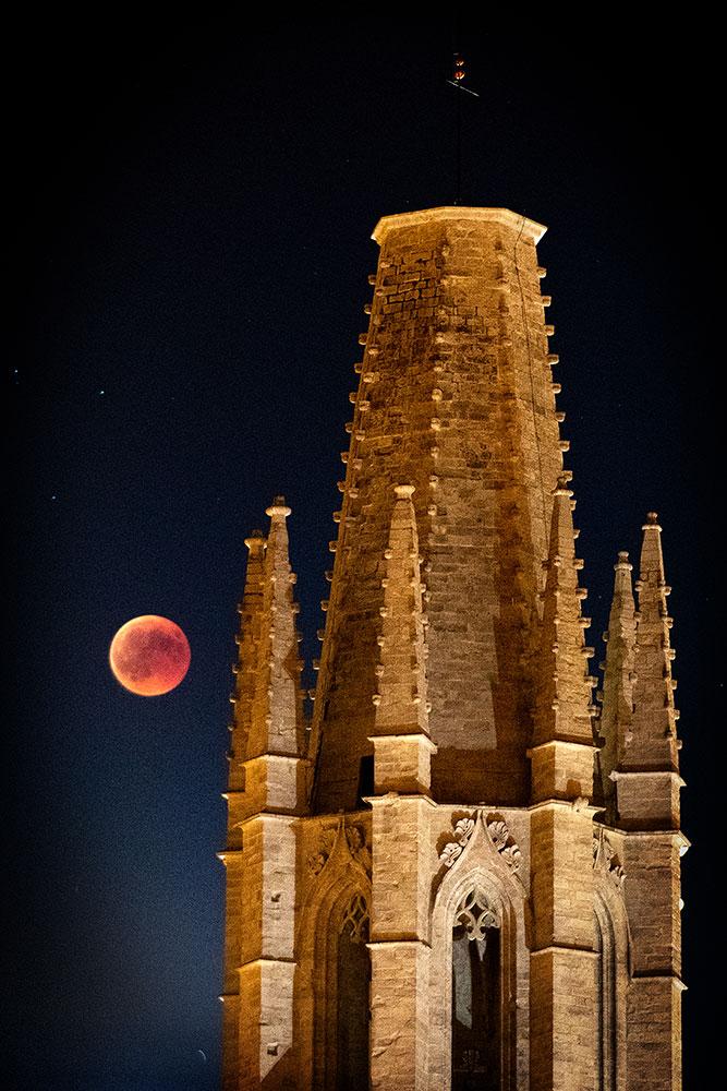 Sant Felix de Girona amb l'eclipsi de la lluna de sang